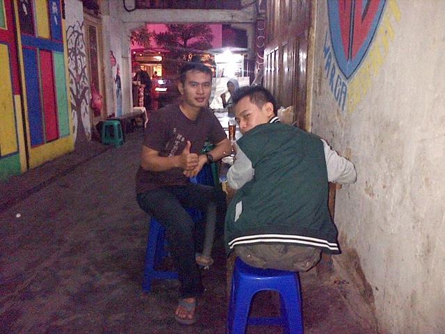 Makan di Warung Braga